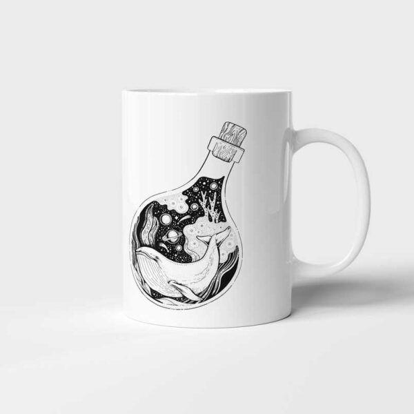 Bílý keramický hrnek Velryba v láhvi s potiskem