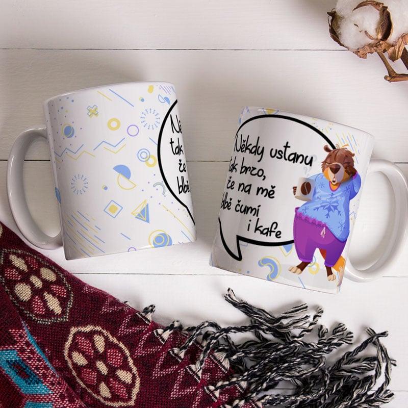 Hrnek Někdy vstanu tak brzo, že na mě blbě čumí i kafe